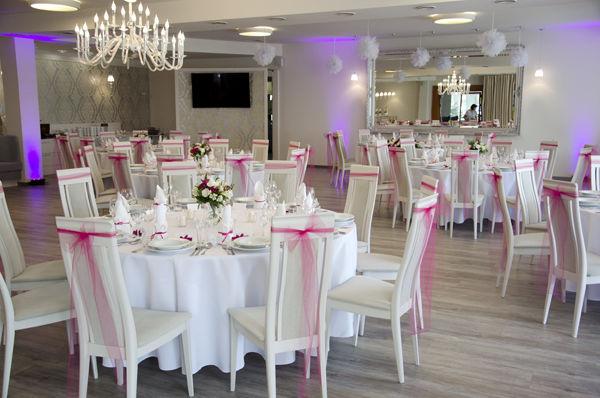 Amarantowo-biały ślub - dekoracja florystyczna aranżacja, kwiaty, zdjęcie: minwedding miejsce: Hotel Henlex