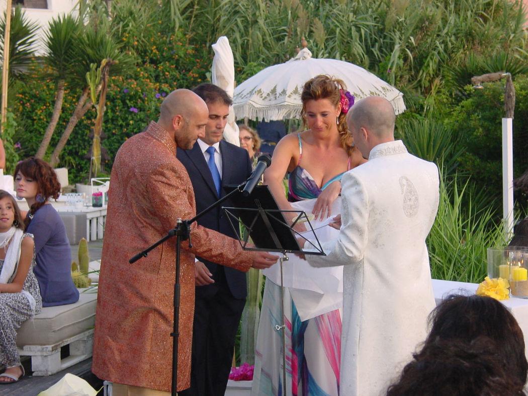 Las preciosas bodas al aire libre sientan aun mejor con un discurso bien majo