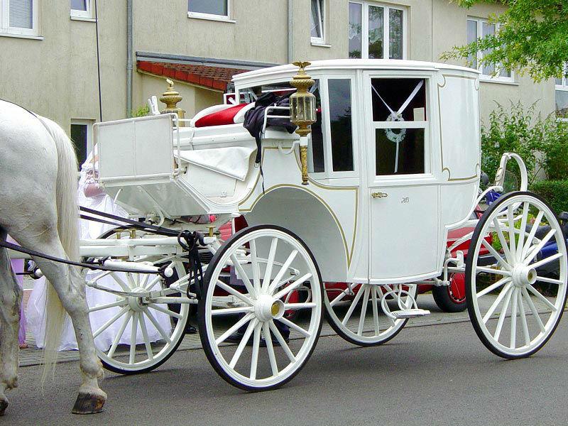 Beispiel: Weiße Kutsche mit Schimmel, Foto: Berliner Hochzeitskutschen.