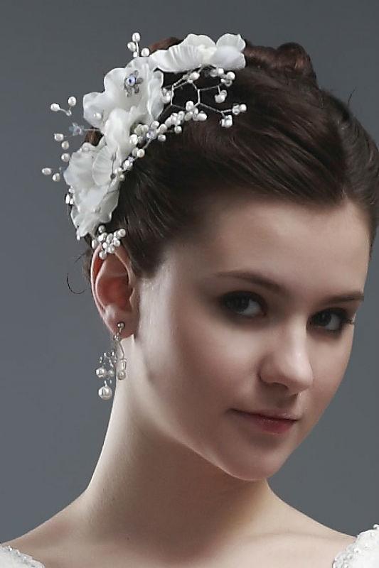 Beispiel: Blumen und Perlen für das Haar der Braut, Foto: Prinzessin Brautmode Accessoires.