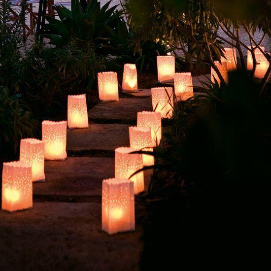 Las candle bags se aprecian muy lindas decorando caminos y jardines brindándole ese brillo e iluminación a tu evento.
