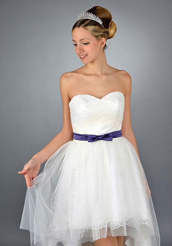 Beispiel: Kurze Brautkleider, Foto: Saray Brautmoden.