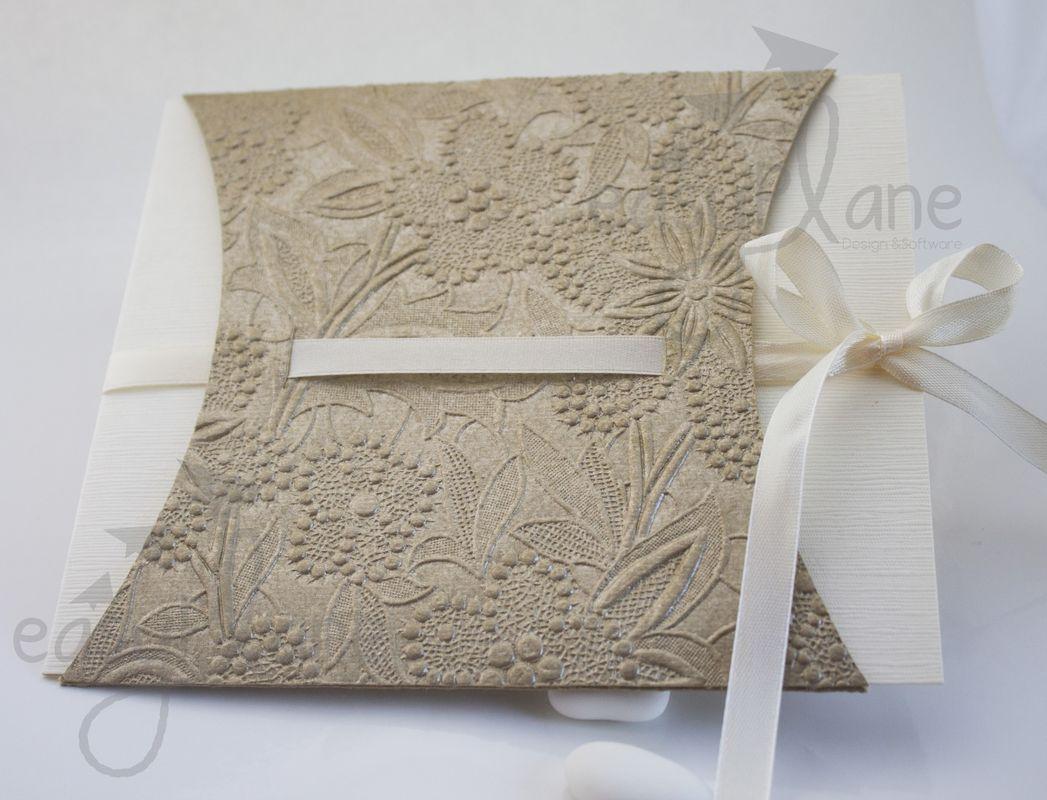 Partecipazione modello folder. Un folder un po' asimmetrico nasconde l'annuncio e l'invito per un matrimonio esclusivo ed elegante
