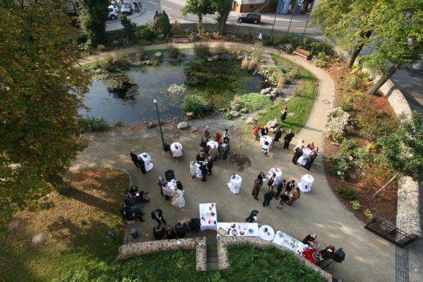 Beispiel: Hochzeitsgesellschaft im Schlosspark, Foto: Schloss Romrod.