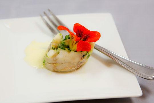 Beispiel: Pochierte Zanderroulade, Foto: Kuffler Catering.