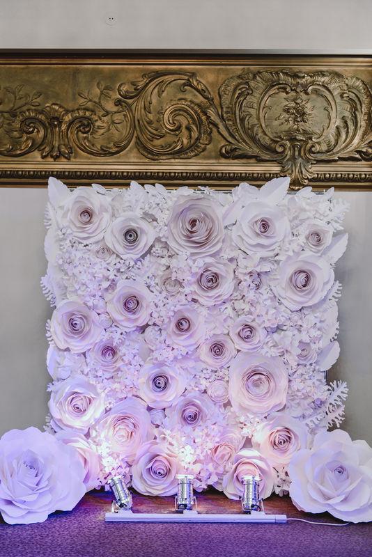 Фото зона из бумажных цветов