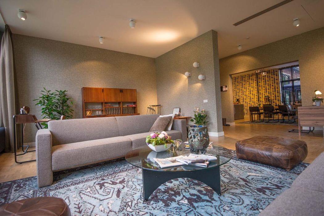 HET HUIS VAN bestaat uit een woonkamer en een leefkeuken en biedt een huiselijke omgeving voor een intiem diner (max 16 personen) of een borrel of feest tot 50 personen.