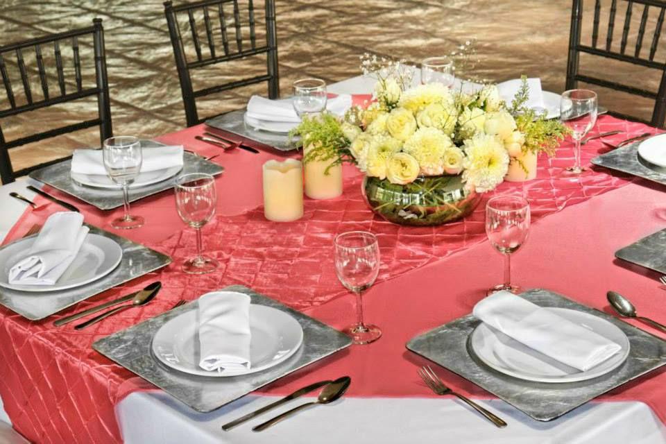 RENTA MANTEL REDONDO BLANCO RENTA CUBREMANTEL CORAL CONFECCION CAMINO DE MESA  Cubre mantel en tergal color coral & camino de mesa en tafeta rombos color coral