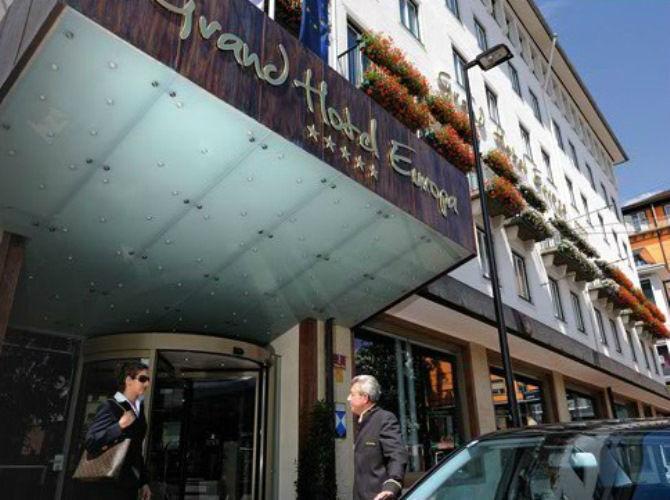 Beispiel: Eingang zum Hotel, Foto: Grand Hotel Europa Innsbruck.