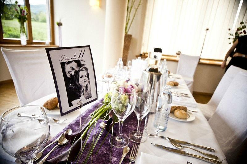 Beispiel: Blumenschmuck für die Hochzeitstafel, Foto: Die Blumenfabrik.