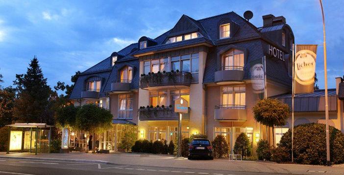 Beispiel: Außenansicht bei Abenddämmerung, Foto: Hotel Restaurant Tandreas.