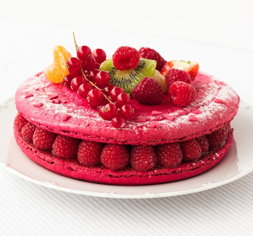 Torta de macaron – base de macaron com recheio de creme de amêndoas e frutas vermelhas frescas. 20 pessoas: R$150,00