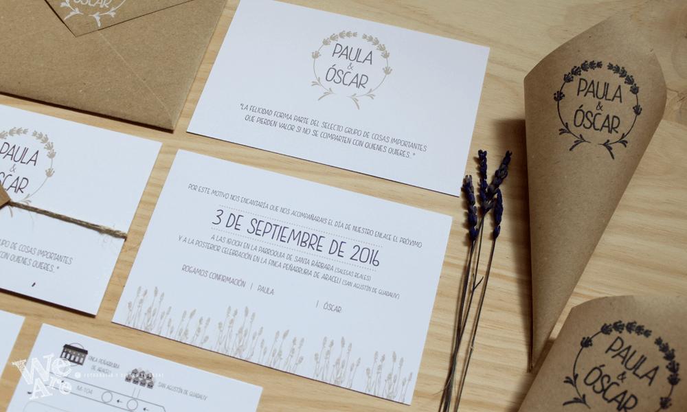Invitaciones de boda estilo rústico con lavanda y sobre kraft.