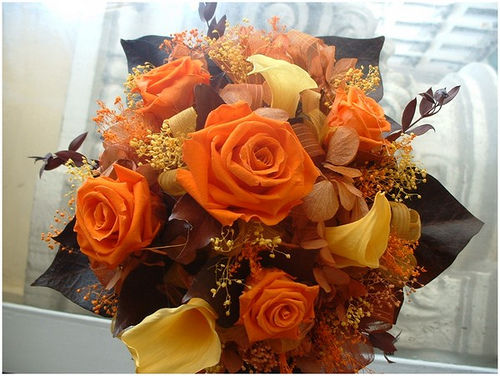 Rosa naranja y calas amarillas