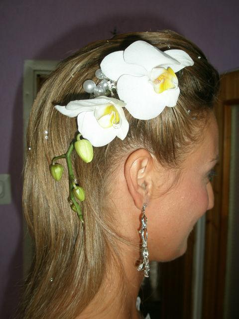 Dekoracja kwiatowa we włosach. Żywy storczyk