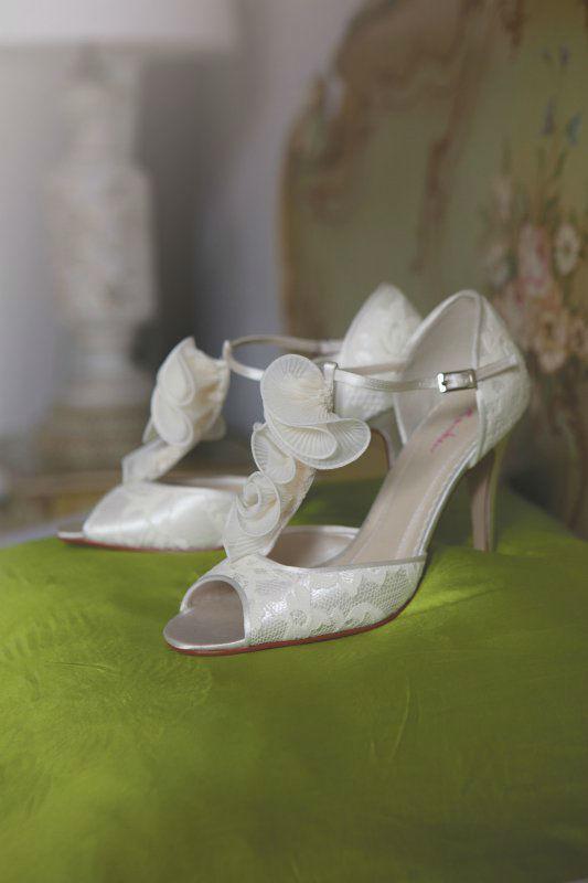 Beispiel: Aufwendig gestaltete Brautschuhe, Foto: Silhouette.