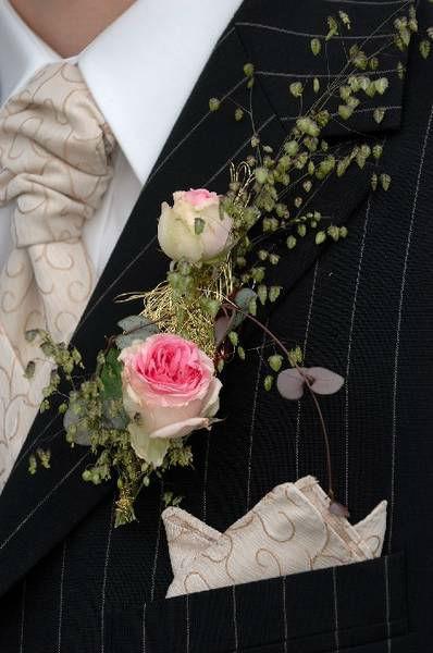 Beispiel: Blumenanstecker für den Bräutigam, Foto: Blumenwerkstatt - Dorothee Meyer.