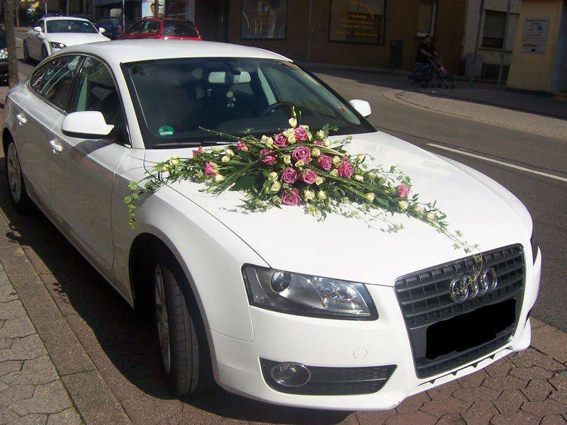 Beispiel: Blumenschmuck fürs Auto, Foto: Blumenwerk Saarbrücken.