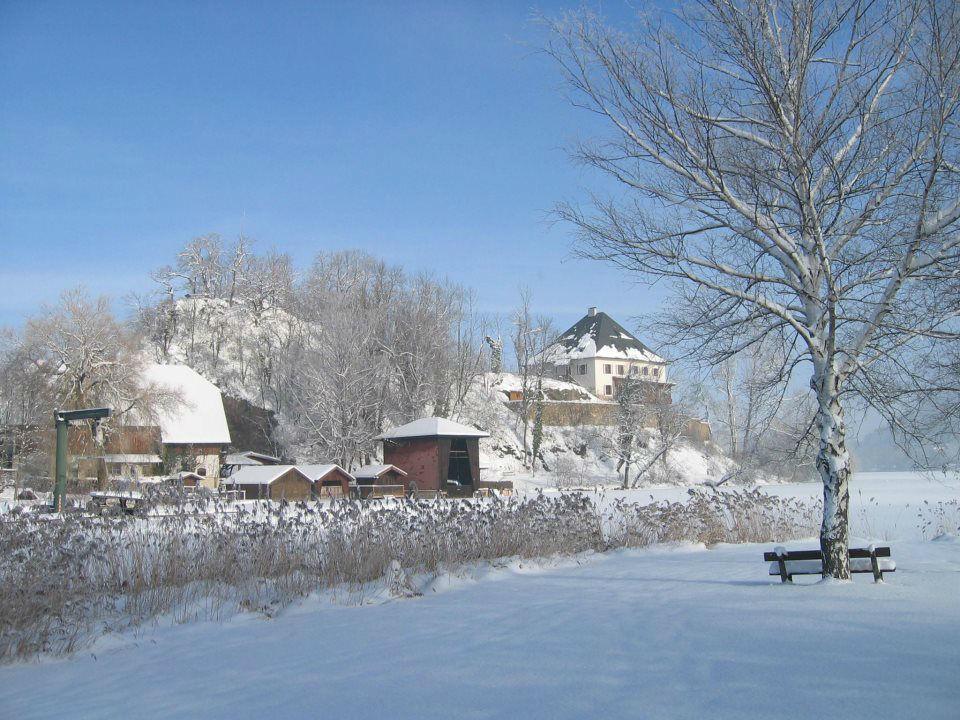 Beispiel: Außenansicht im Winter, Foto: Schloss Mattsee.
