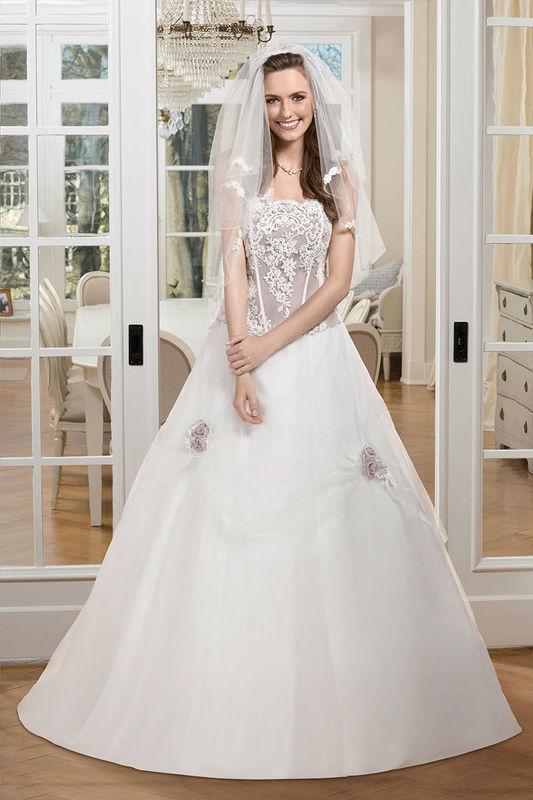 Beispiel: Brautkleid mit Corsage, Foto: Kleemeier.