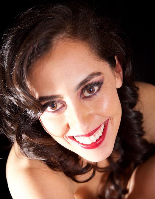 Erika Hernández Imagen Las bodas de noche permiten llevar un tono  carmín en los labios.