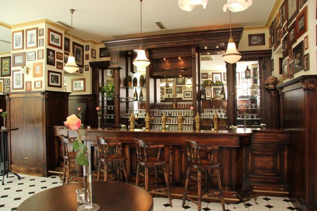 Destille als rustikaler Eingangs- und Empfangsbereich