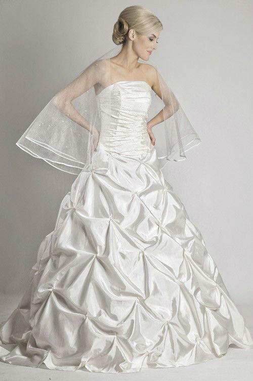 Beispiel: Elegante Brautkleider, Foto: Saray Brautmoden.