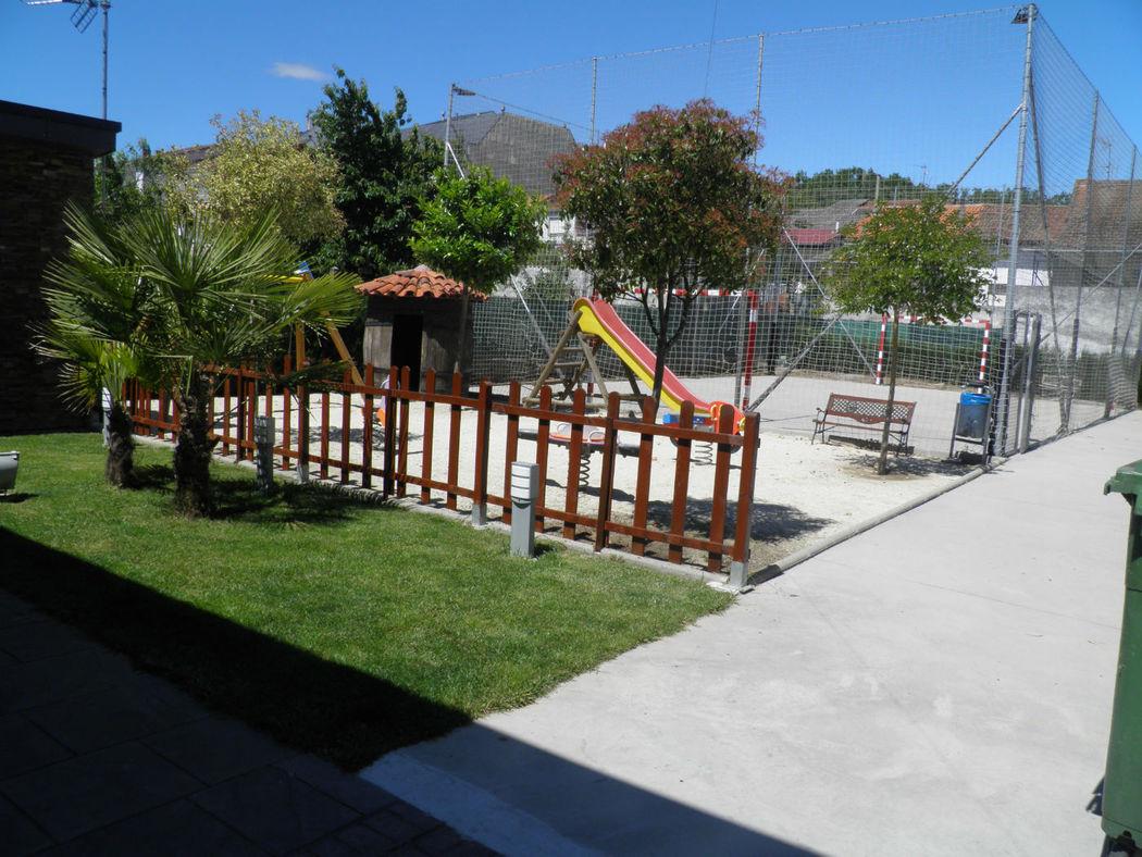 campo de futbol y parque infantil