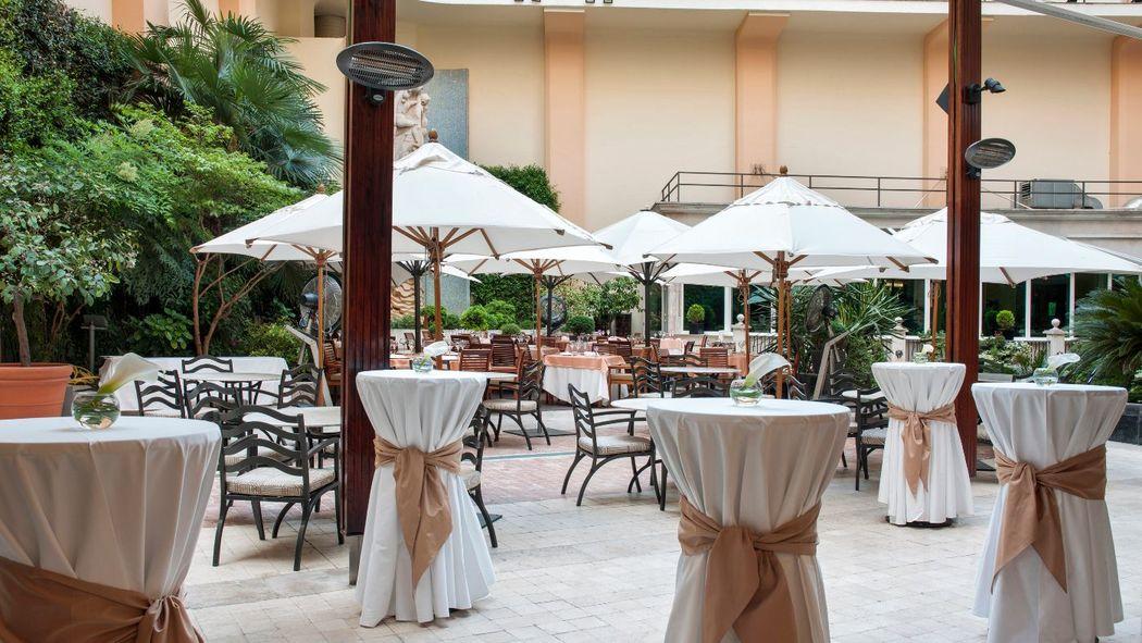 Terraza Jardín con montaje de cóctel.