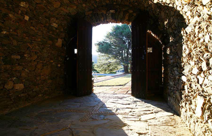 La Capilla se encuentra ubicada cerca de la piscina y la pérgola, orientada al sur.