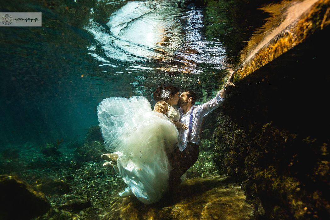Trash the dress Underwater  / Matatenafotografía
